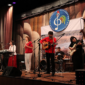 Ансамбль УЛЕНШПИГЕЛЬ с П. Аксёновым (гитара) А. Цыгановым (барабаны) и Л.Леонтьевой (скрипка).
