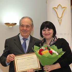 М.Ш.Шаймиев вручает Ю.Я.Зиганшиной благодарственное письмо.