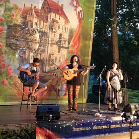 С Эльмирой Галеевой и Олегом Ковалёвым на сцене Зазеркалья.